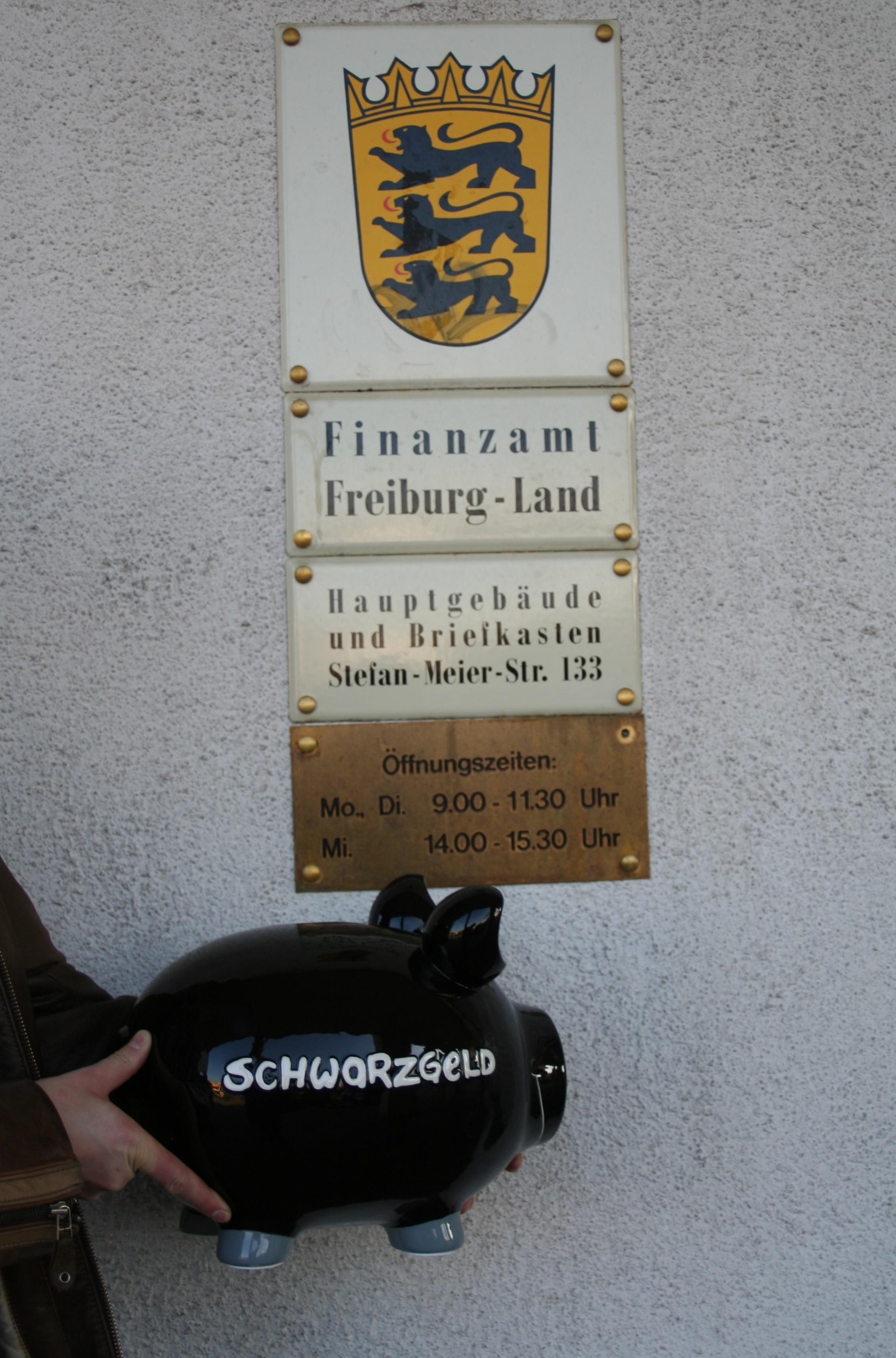 Anonymer Halter eines Schwarzgeldschweins vor dem Gebäude der Steuerfahndungsstelle des Finanzamts Freiburg-Land in der Waldkircher Str. 55
